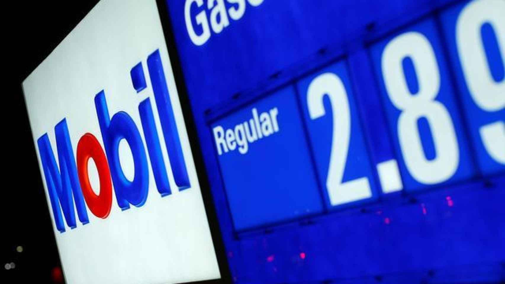 Pantalla de precios de una estación de servicio de Exxon Mobil.