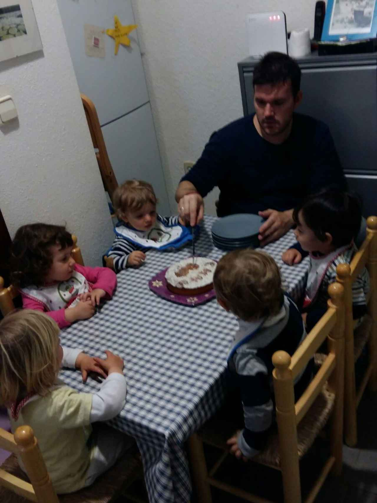 Eduardo Rodríguez cuida a cuatro niños en su casa de La Latina, Madrid.