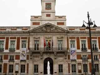 Los escudos colocados en la fachada del Gobierno de la Comunidad de Madrid.