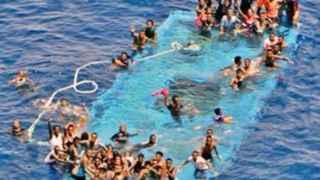 Un centenar de personas luchan por mantenerse a flote tras naufragar cerca de Libia.