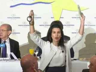 Rocío Monasterio interrumpiendo con unas esposas y el Código Penal la conferencia de Puigdemont.