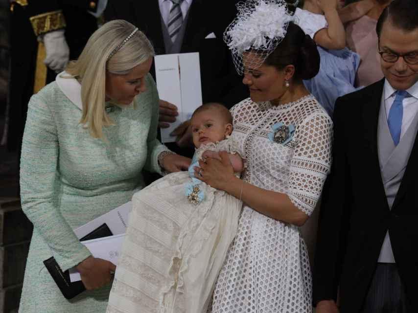 Los príncipes Victoria y Daniel de Suecia con el pequeño Óscar y Mette-Marit
