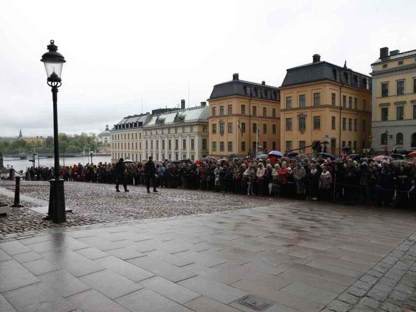 Los suecos en las puertas del Palacio Real para ver de cerca a la Familia Real