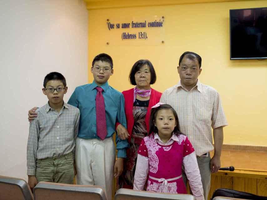 La familia Yang acude desde hace unos meses a la congregación de testigos de Coria.