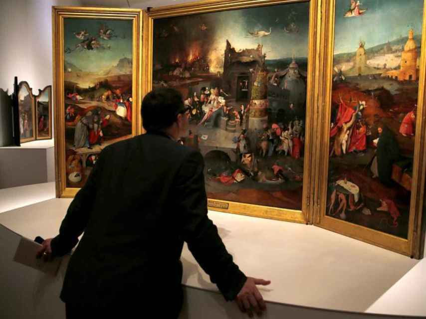 Un visitante ante el tríptico del museo de Lisboa.