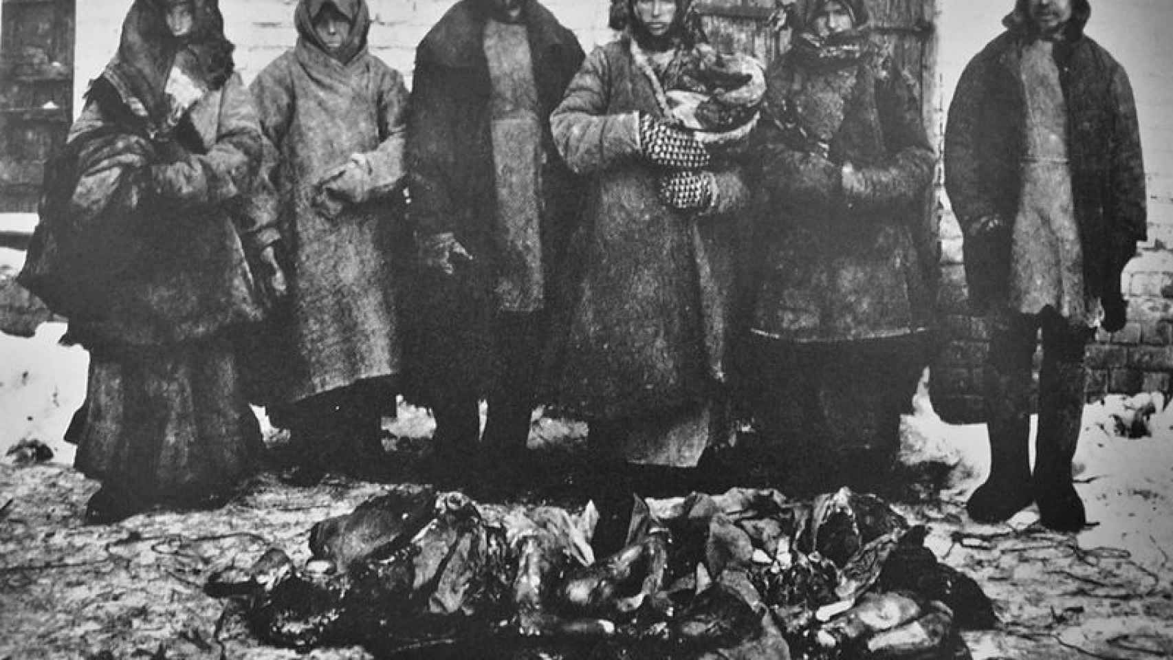 Otra imagen de la hambruna rusa de 1921: ciudadanos de Bouzuluk posan con restos humanos devorados.
