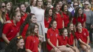 Doña Letizia con las alumnas del Colegio San Agustín en la Feria del Libro