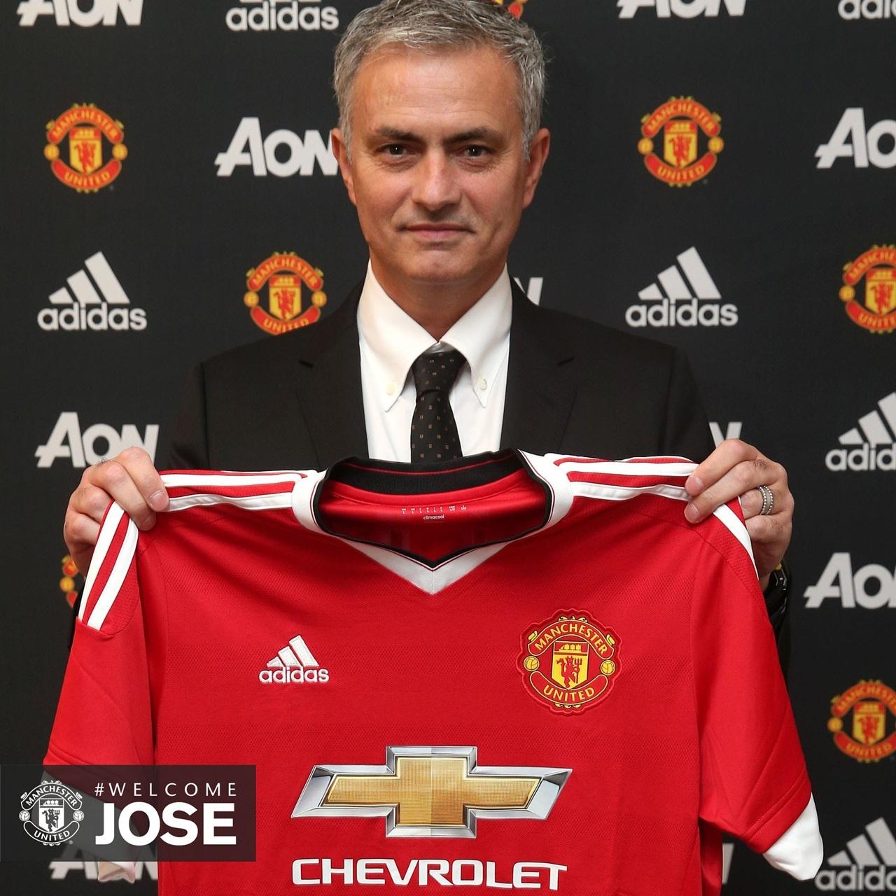 Mourinho posa con la camiseta del Manchester United.