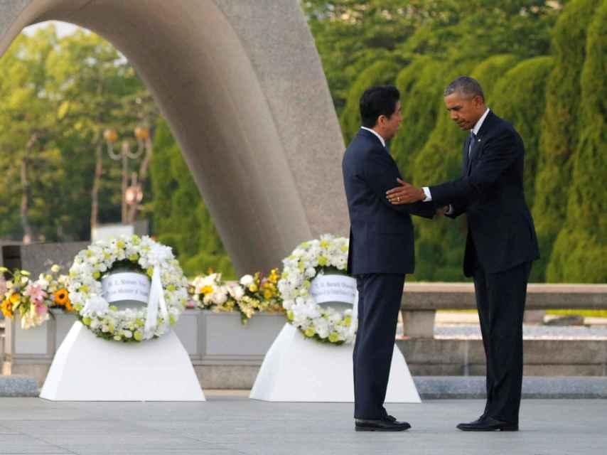 Obama con el primer ministro japonés, Shinzo Abe, durante el homenaje a las víctimas de Hiroshima.