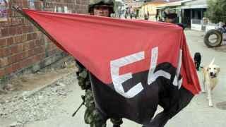 Un soldado colombiano retira una bandera del ELN en El Tarra