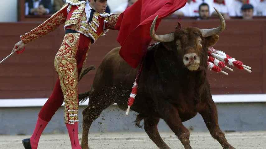 El diestro Alberto López Simón da un pase con la muleta a su primer toro.
