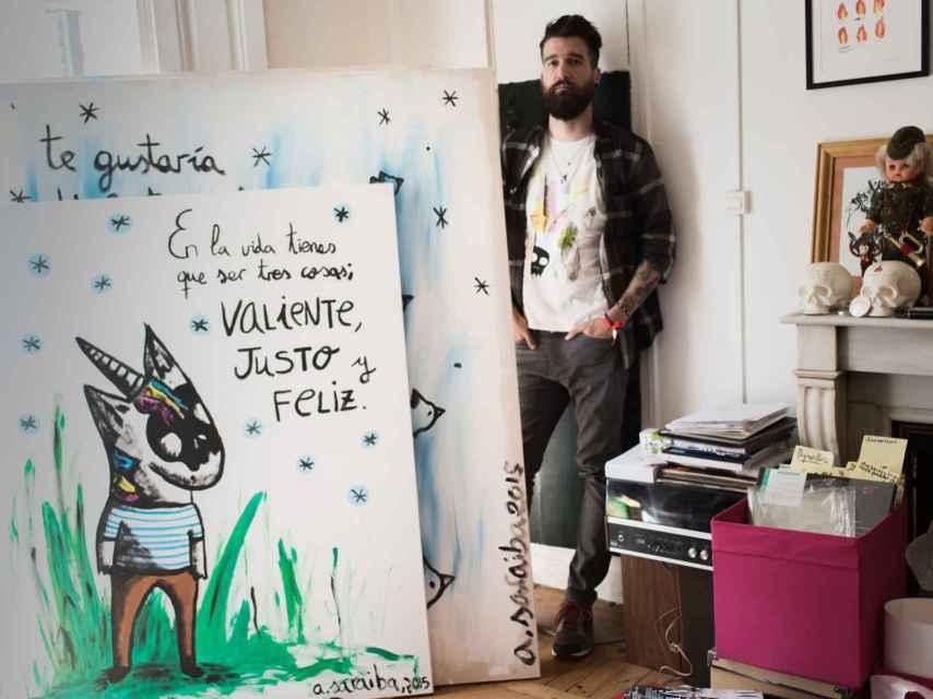 Aitor Saraiba con algunas de las obras de su estudio, que ilustran su nuevo libro.