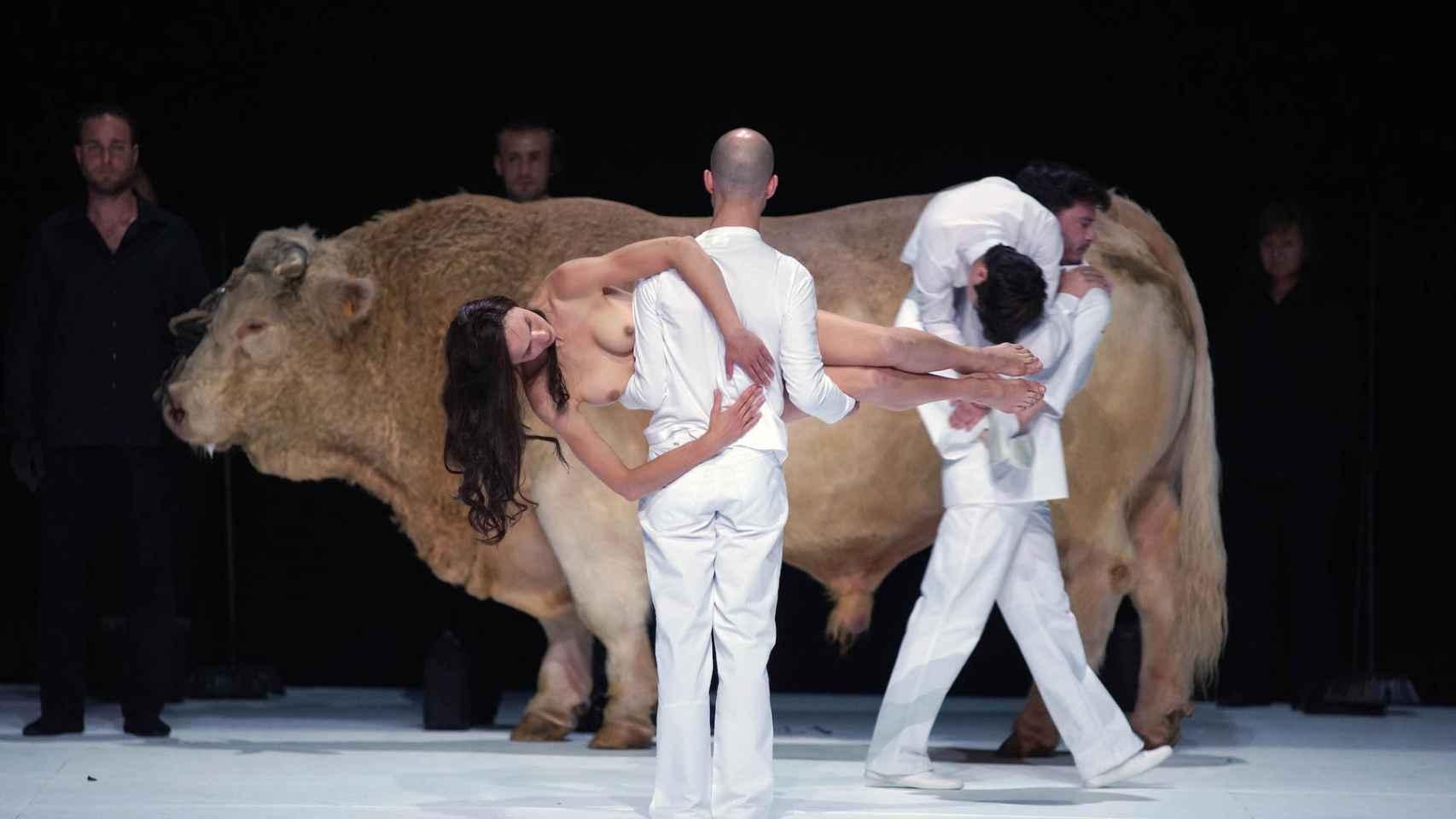 Imagen de Moisés y Aarón, con el toro de 1.500 kilos al fondo.