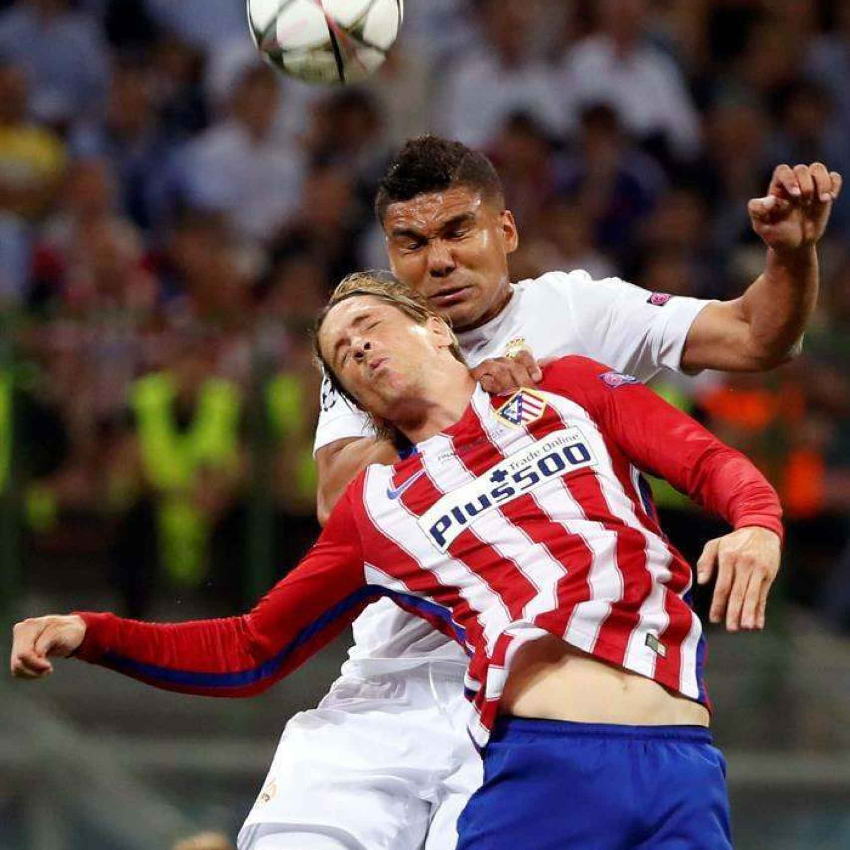 Casemiro se anticipa a Torres en un lance de la final.