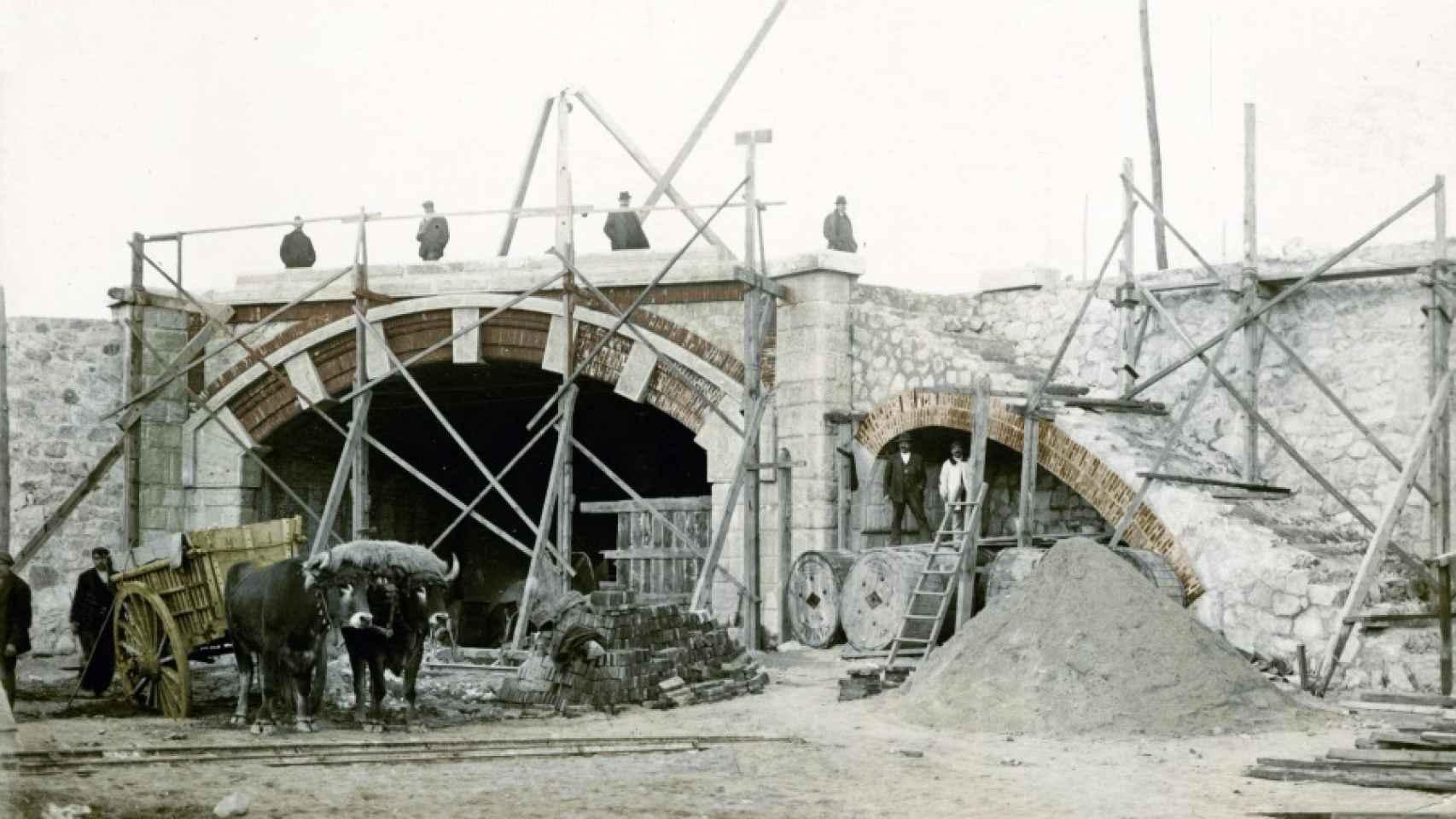 Embocadura del túnel de las cocheras en construcción, en 1918.