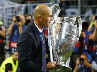 Zidane agarra la Copa de Europa.