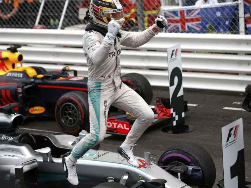 Hamilton celebra su triunfo en Montecarlo.