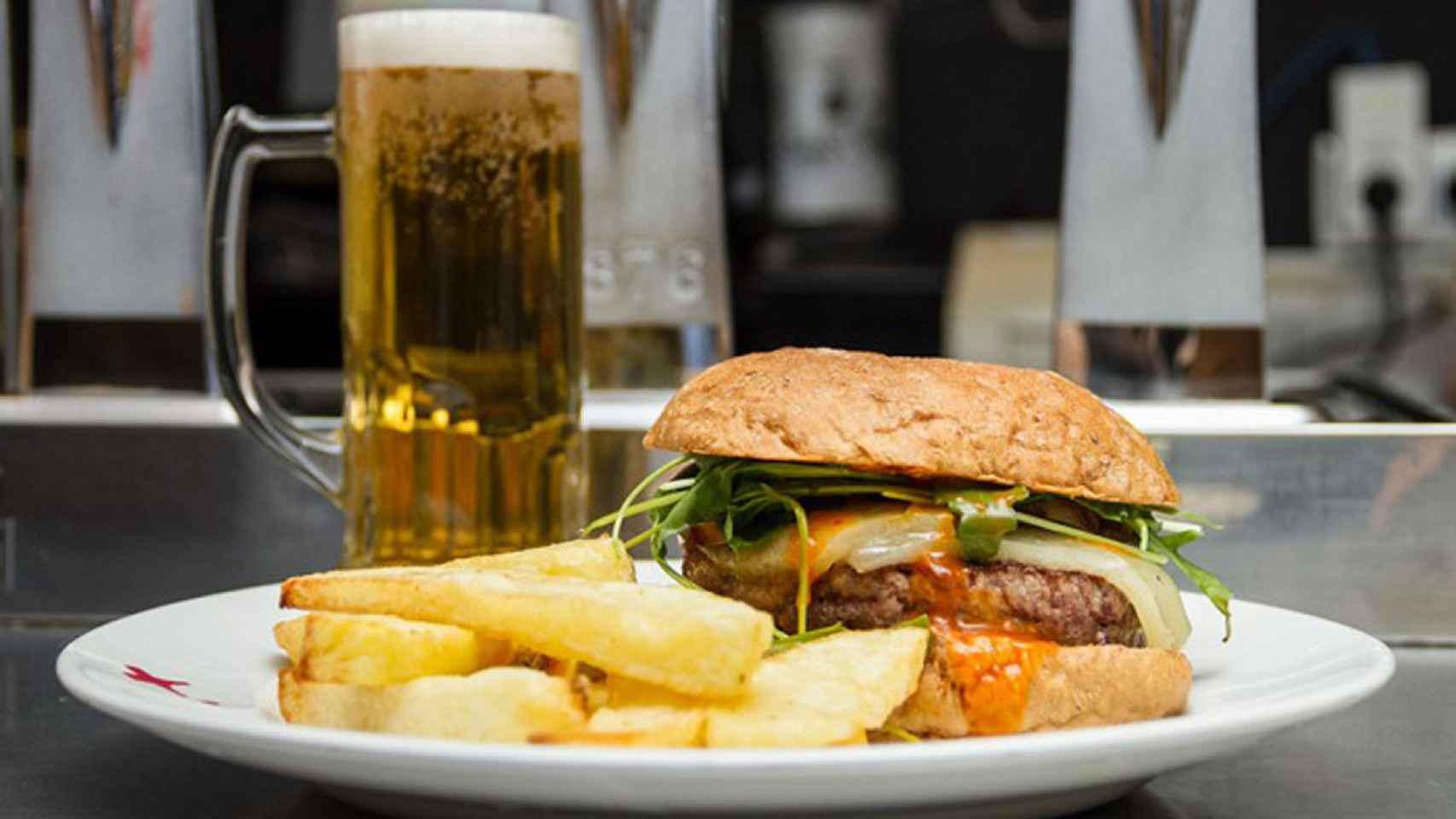En Docamar aplican su salsa brava a varios productos, entre ellos la hamburguesa.