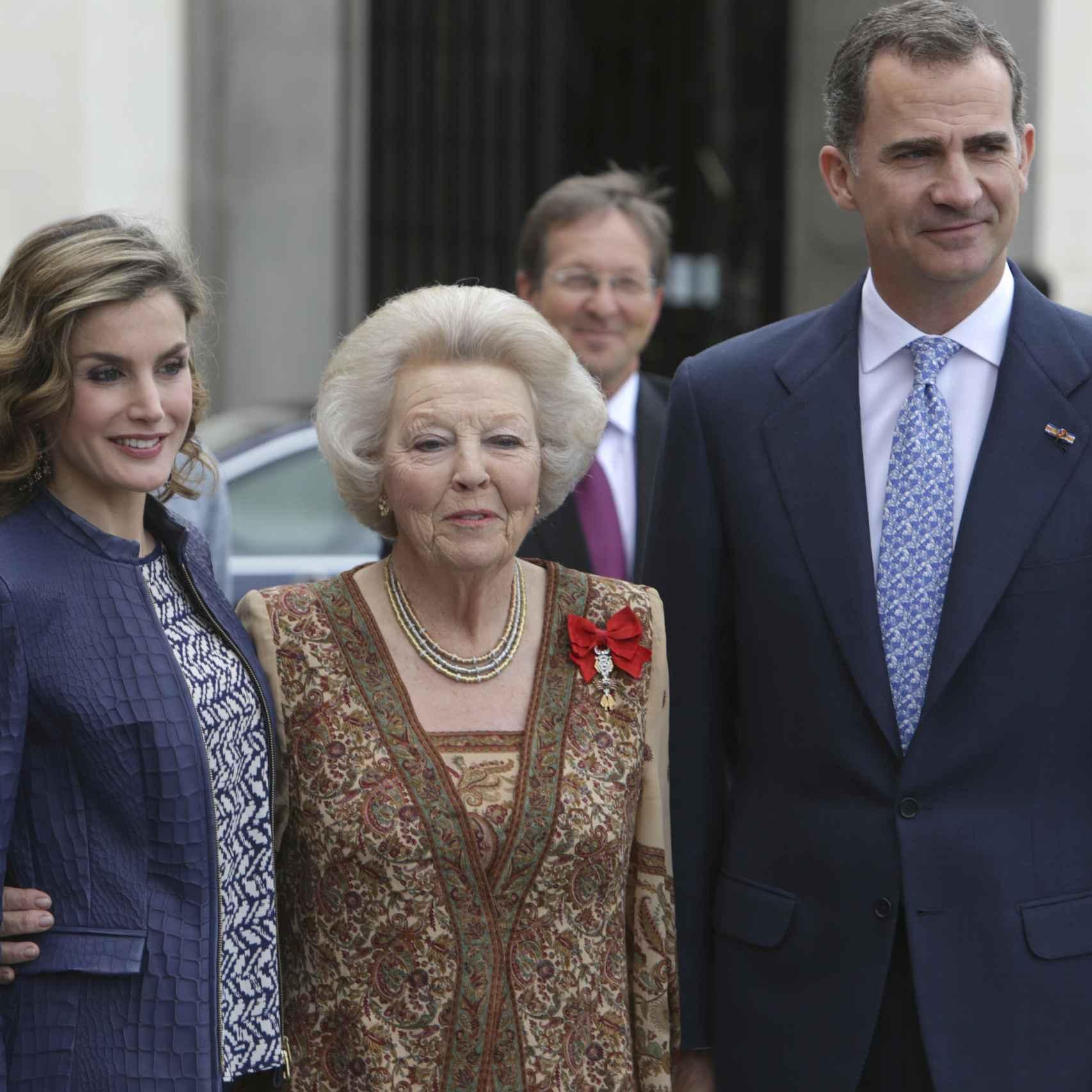 Los reyes Felipe y Letizia con la princesa Beatriz de Holanda