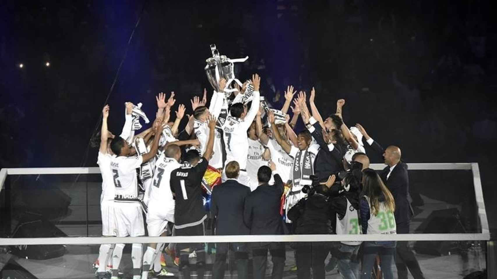 Los jugadores del Real Madrid celebran con el trofeo la consecución de la Liga de Campeones/Fernando Villar/EFE