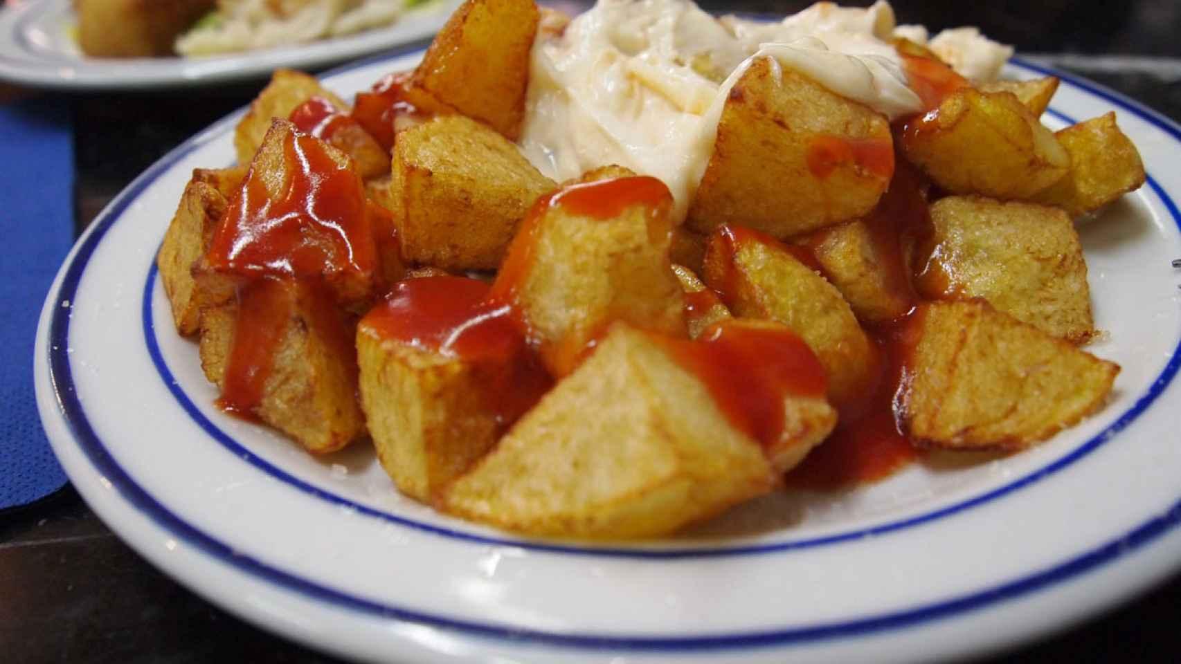 Un plato de patatas bravas... de lo más típico de nuestra gastronomía.