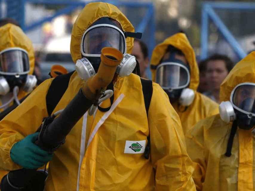 Agentes de la secretaría municipal de salud de Río desinfectan la ciudad para evitar el virus Zika.