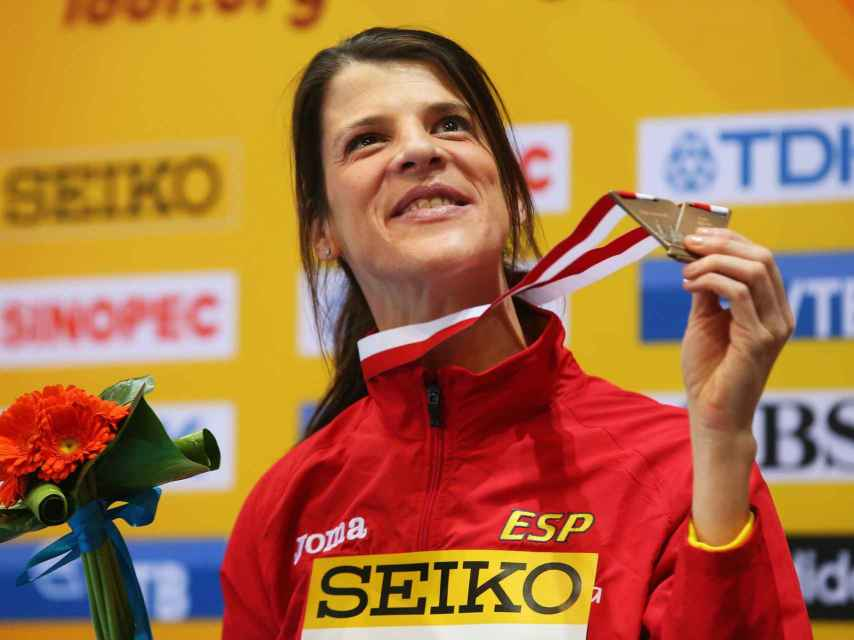 Ruth Beitia, sonriendo con su medalla.