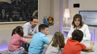 Pablo Iglesias junto a Ana Rosa Quintana y los niños de '26-J, quiero gobernar'.
