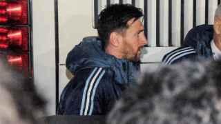 Leo Messi abandonando el sanatorio Cimac tras lesionarse en el amistoso ante Honduras