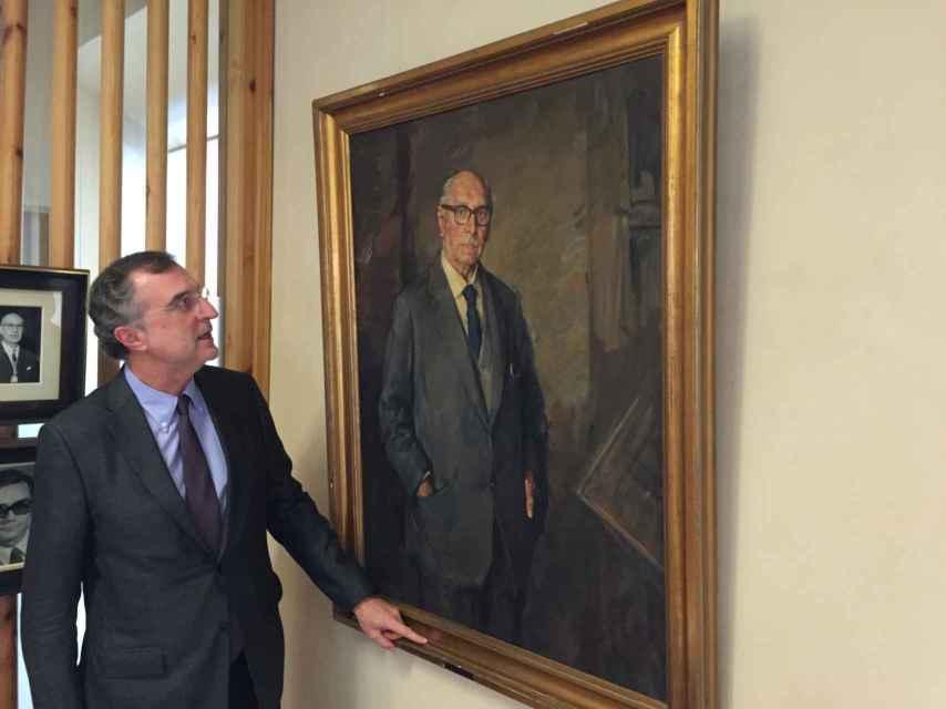 El decano junto al retrato de Secundino Zuazo, su homólogo en la Segunda República.