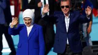 Erdogan, acompañado por su mujer Emine, saluda a sus seguidores en Estambul.