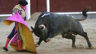 El diestro Alberto Aguilar da un pase con el capote a su primer toro.