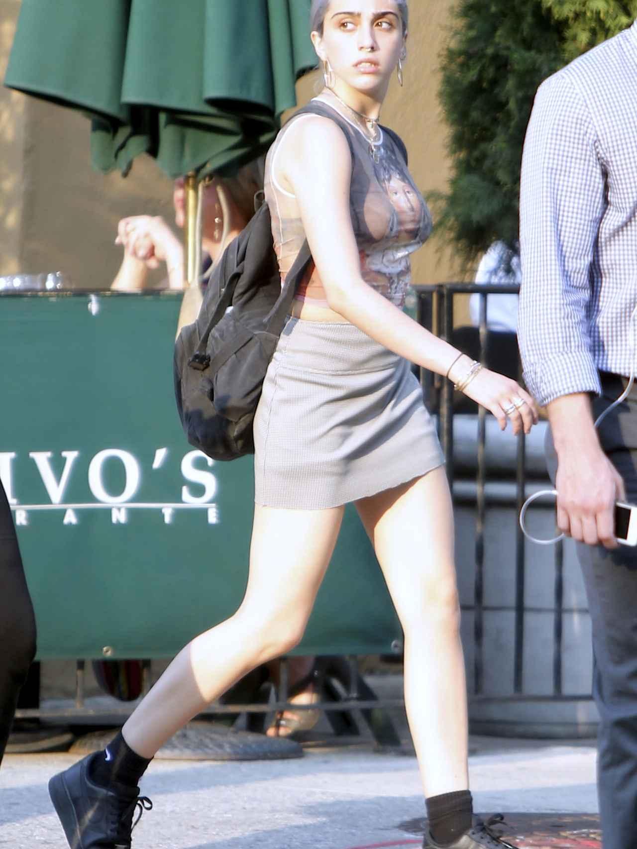 Lourdes María paseando por Nueva York