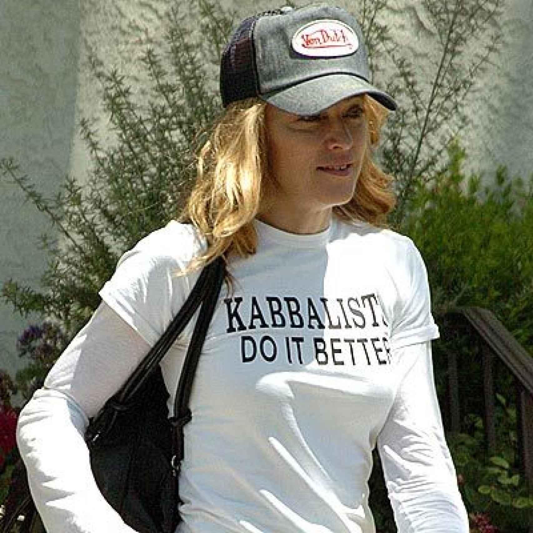 Madona promocionando con una camiseta la Cábala