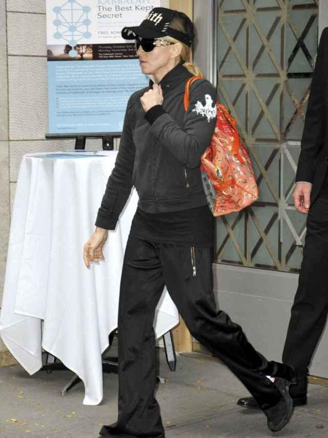 Madonna saliendo del centro de la Cábala en Nueva York