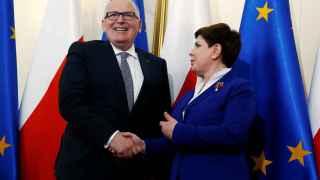 El vicepresidente Timmermans saluda a la primera ministra polaca durante una de sus recientes visitas a Varsovia