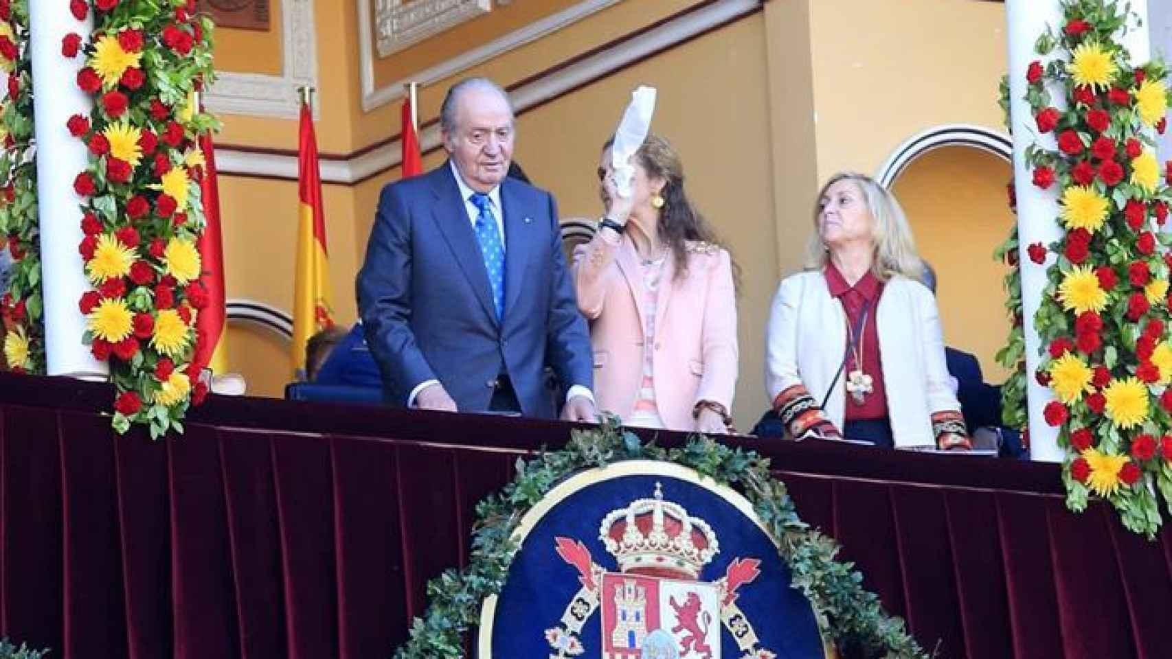El rey emérito Juan Carlos I y su hija la infanta Elena en la feria de San Isidro,