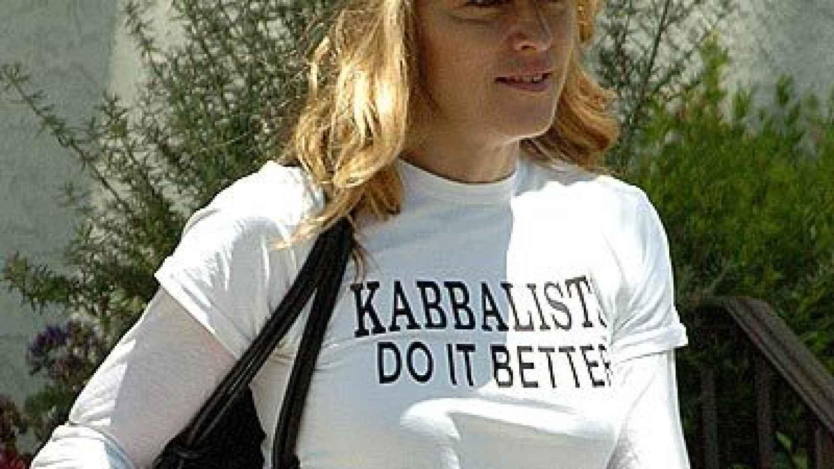 La cantante Madonna con una camiseta de la Cábala