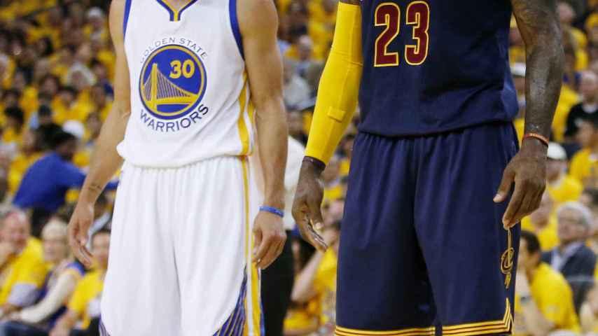 Stephen Curry y LeBron James en uno de sus últimos encuentros.
