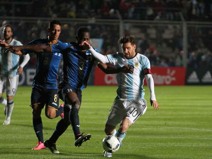 Messi disputa un balón con Figueroa ante Honduras.