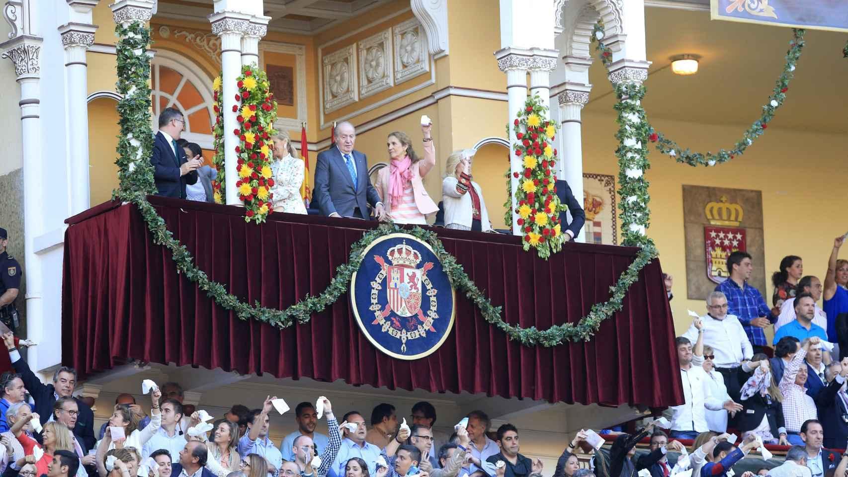 Cifuentes, el Rey emérito, doña Elena y Dancausa en el palco real.