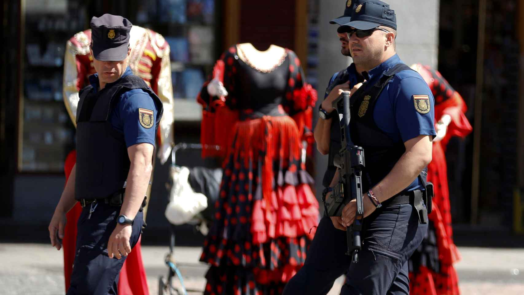 Dos policías patrullan en la Plaza Mayor de Madrid.