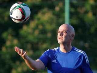 El presidente de la FIFA, Gianni Infantino, juega con la pelota.