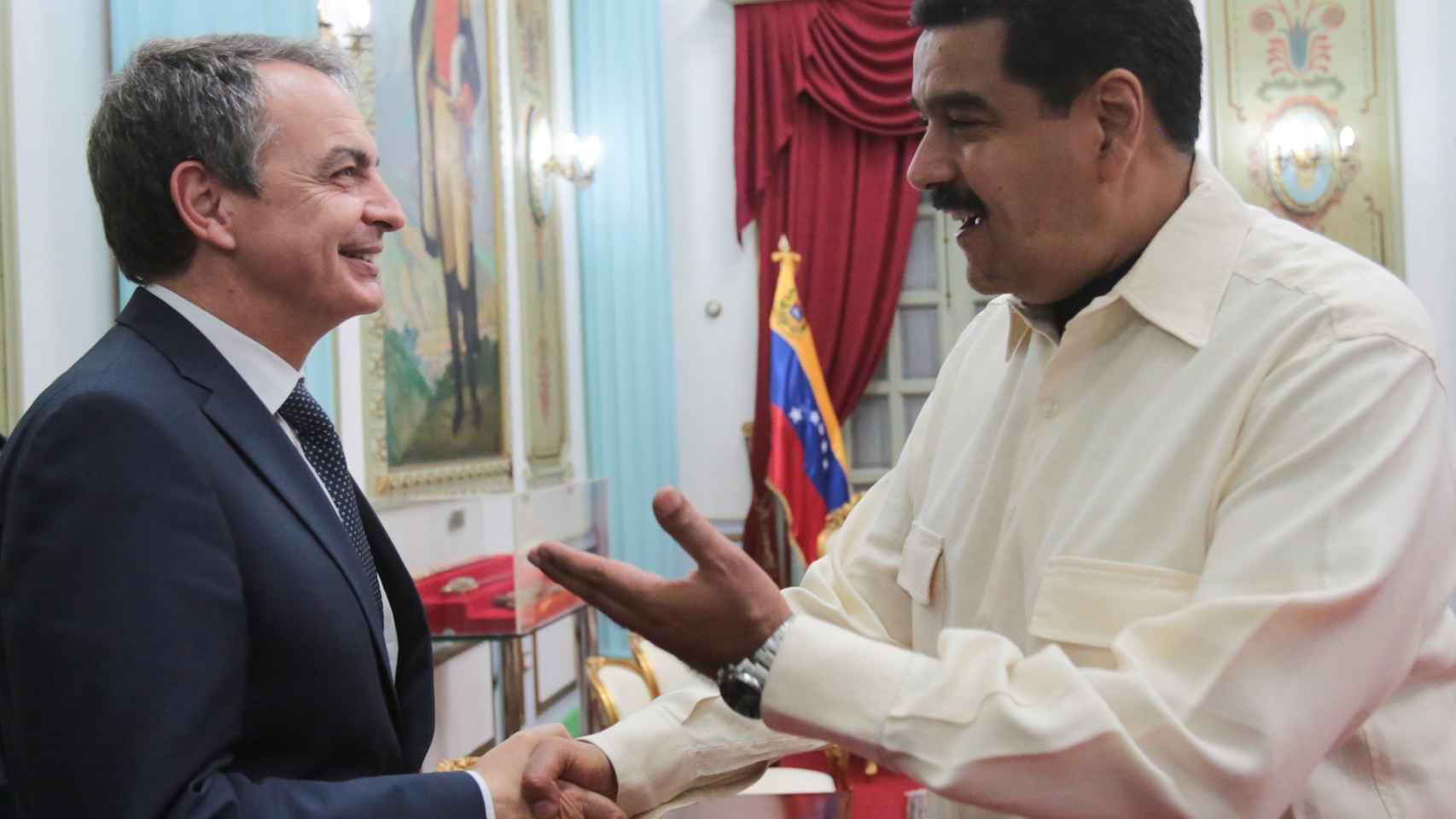 Rodríguez Zapatero saludando a Nicolás Maduro en Caracas, el 19 de mayo.