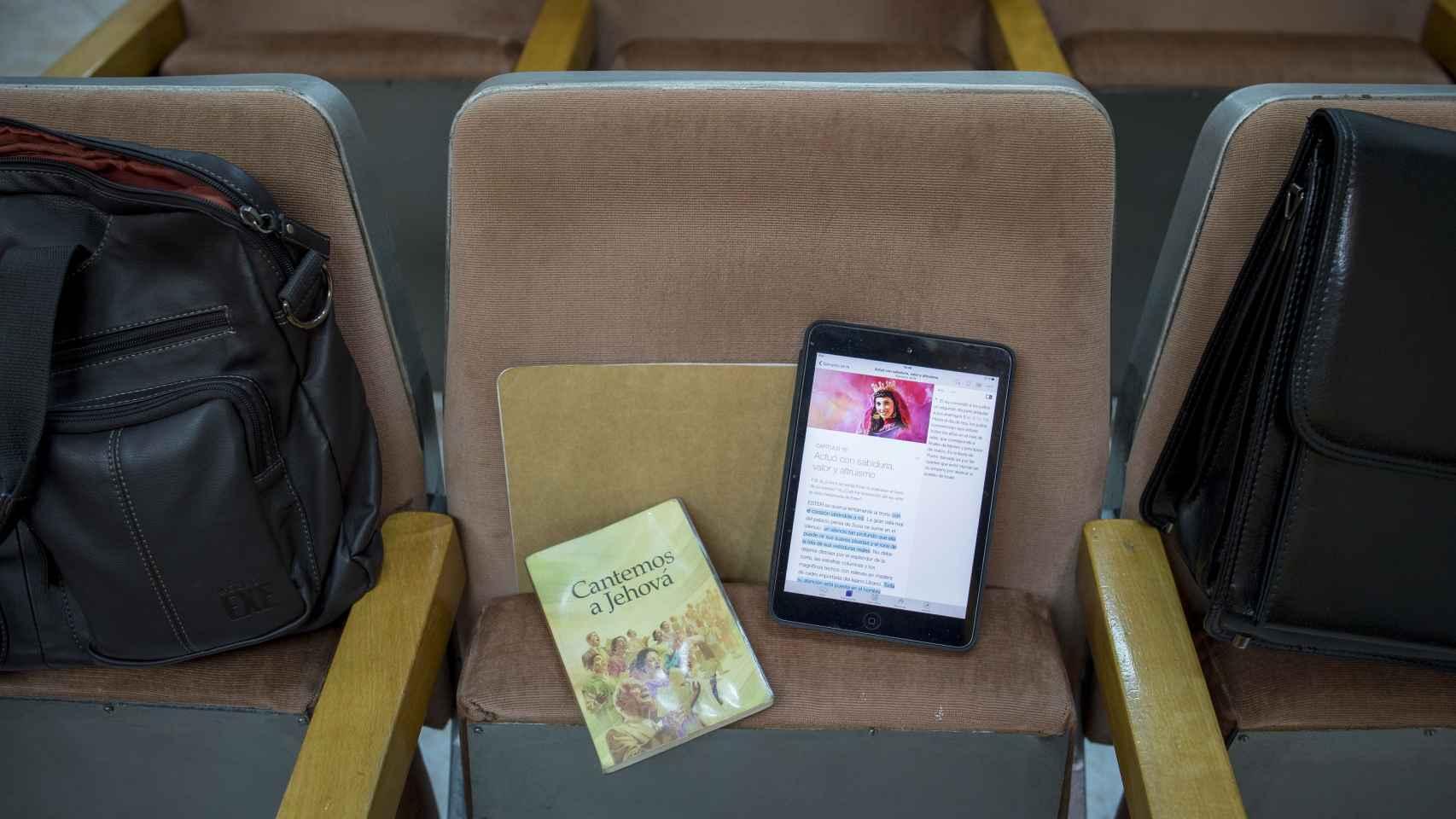 Las tablets y los libros que los testigos de Jehová emplean para el estudio de la Biblia.