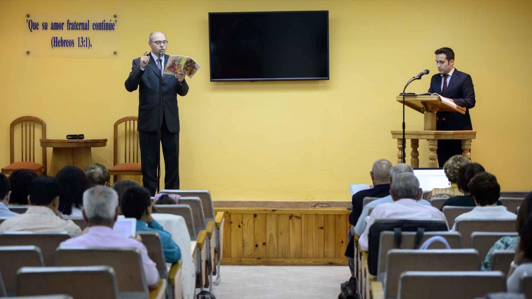 Una de las reuniones celebradas en la congregación de Coria.