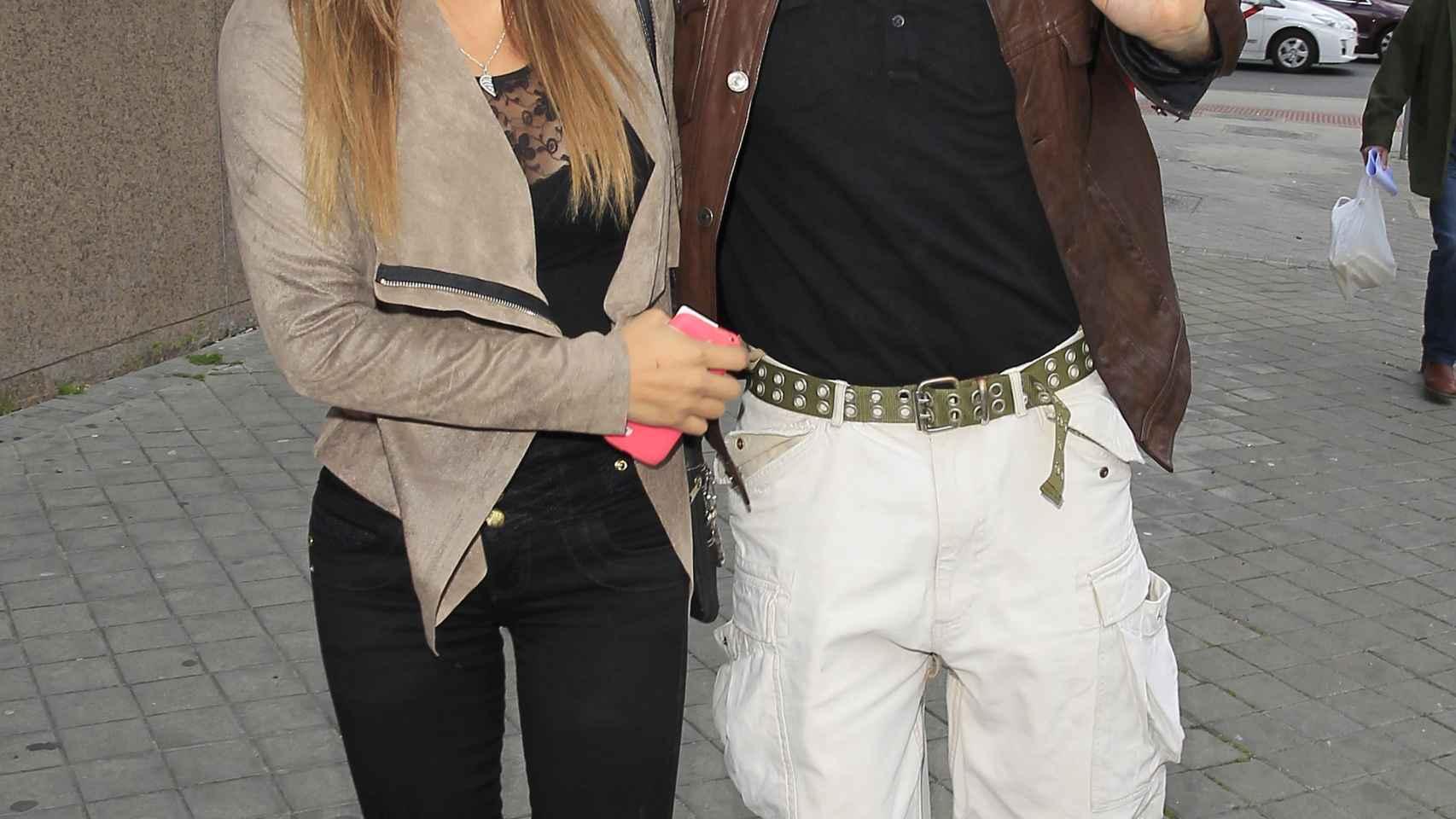 El presentador Carlos Lozano y Miriam Saavedra por las calles de Madrid.