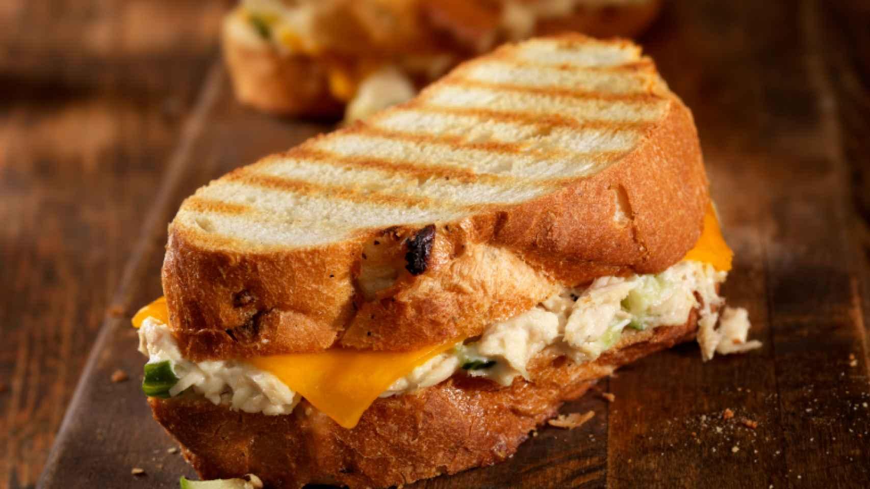 Almuerzo tropical: sándwich de atún y piña