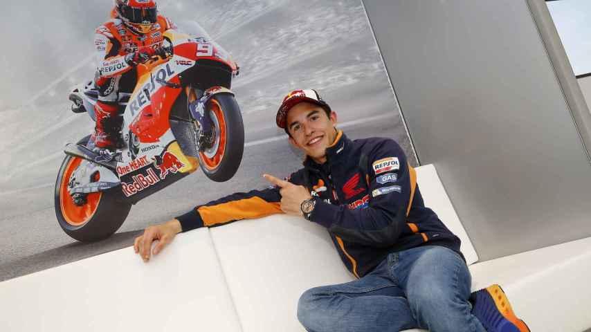 Marc Márquez posa ante una foto suya, en el hospitality de Honda.