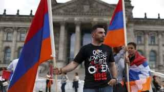 Manifestantes armenios ondean sus banderas frente al Parlamento alemán.